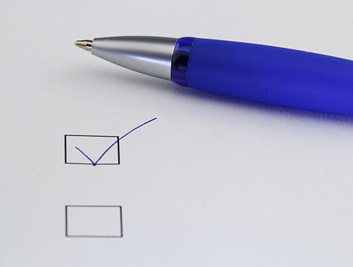 Kuvassa on kynä ja kaksi valittavaa ruutua, jotka symboloivat oikean palkkaryhmän valintaa