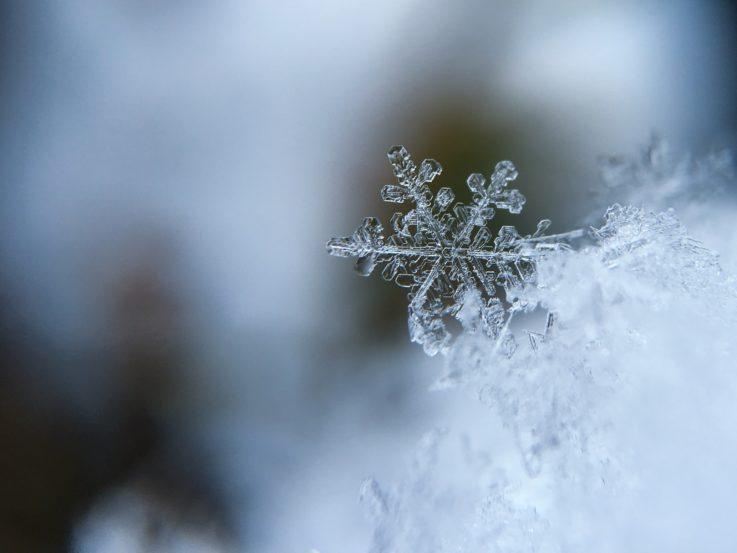 Lähikuva lumihiutaleesta.