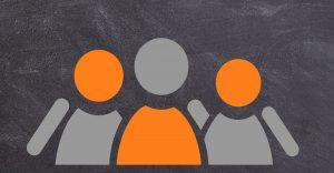 Kuvassa on liitutautulua muistuttavaa taustaa vasten kolme piirrettyä, pelkistettyä ihmishahmoa. Hahmot ovat oransseja ja harmaita.