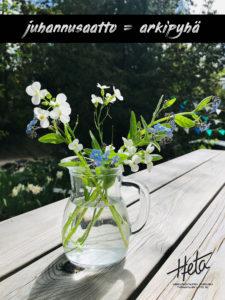 Kuva, jossa on ulkopöydällä pienessä lasimaljakossa kukkakimppu.