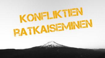 """Kuvassa on kaukaisuudessa näkyvä vuori, jonka yläpuolella on teksti """"Konfliktien ratkaiseminen"""". Photo by Adrian on Unsplash.com"""