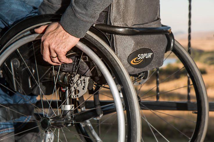 Kuvassa näkyy pyörätuoli viistosti takaa