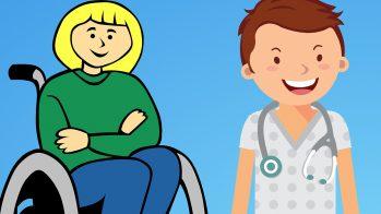 Kuvassa vaaleatukkainen nainen pyörätuolissa. Vieressä seisoo tummatukkainen sairaanhoitaja.