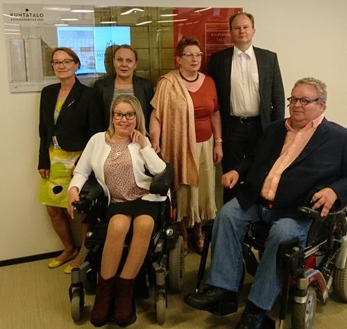 Vammaisjärjestöjen ja Kuntaliiton edustajia yhteisessä tapaamisessa Kuntaliitossa.
