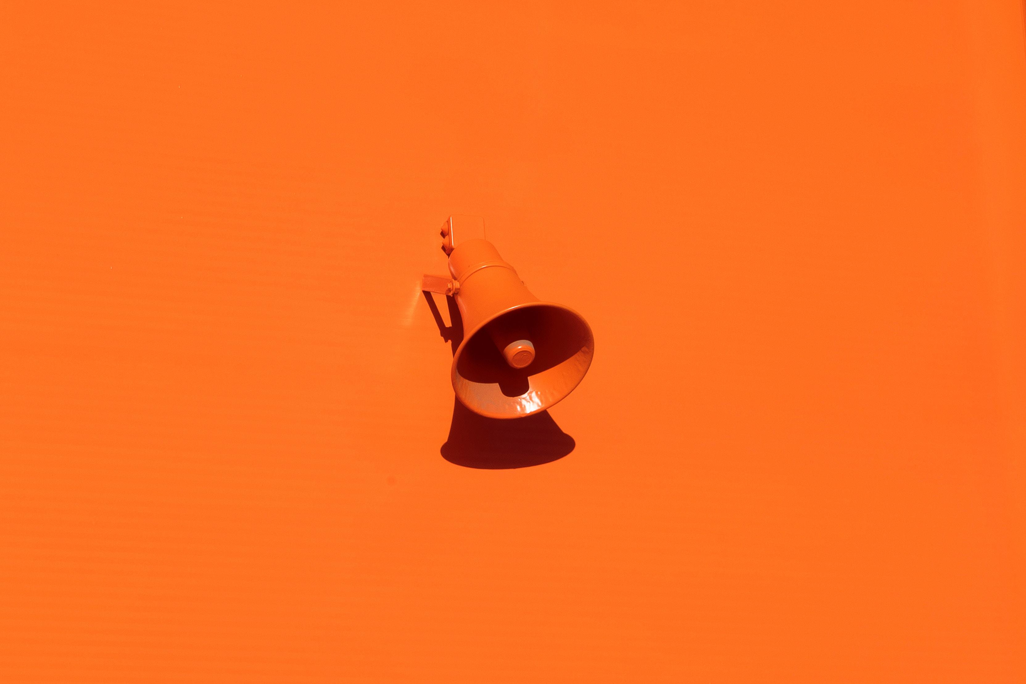 Oranssi megafoni oranssilla taustalla